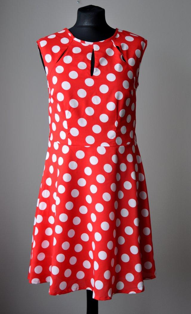 6009a01c Czerwona, Rozkloszowana Sukienka W Białe Grochy.
