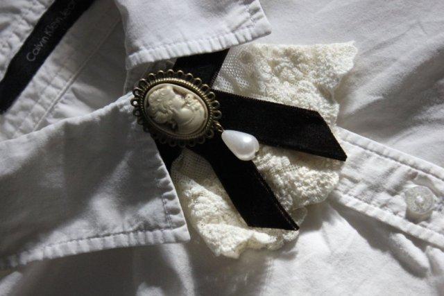 Broszka żabot ozdobny do kołnierza koszuli z koronki