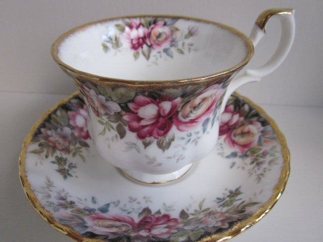 ROYAL ALBERT 1981  - AUTUMN ROSES -  PORCELANOWA FILIŻANKA SPODKIEM