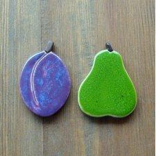 Ceramiczne śliwka i gruszka na magnes