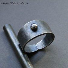 Pierścionek ze srebrną kulką