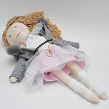 Lalka w szarym płaszczyku i różanej spódnicy