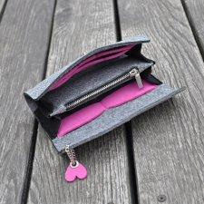 4c7ebbbdaba68 Filcowy portfel - szary z różowym sercem