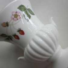 WEDGWOOD Wild Strawberry  porcelanowy wazonik